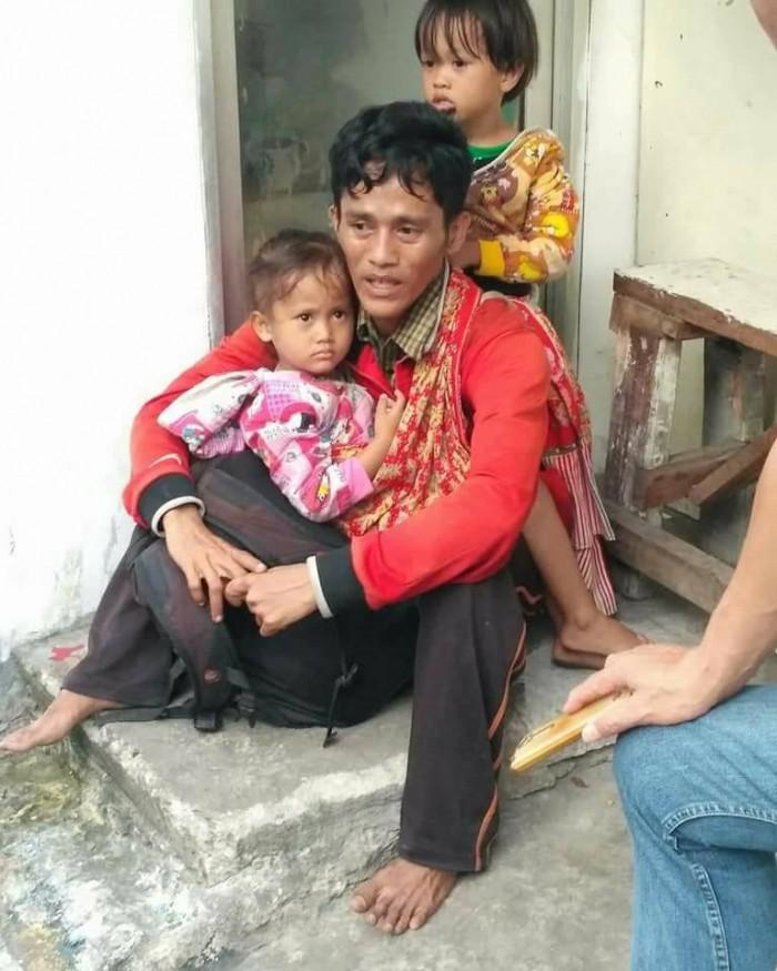 Image result for Kisah Sedih Bapa Berjalan Kaki Gendong 2 Anak
