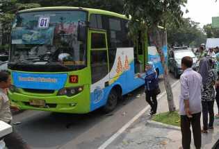 Tali Balting AC Putus, TMP 'Nangkring' di Bahu Jalan