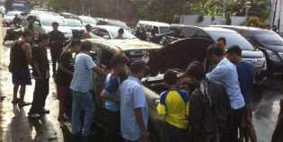 Terjebak Macet,  Daihatsu Xenia Keluarkan Asap dan Meledak