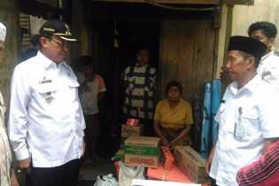 HM Wardan Kunjungi dan Serahkan Bantuan kepada M Bara Saputra dan Neneknya