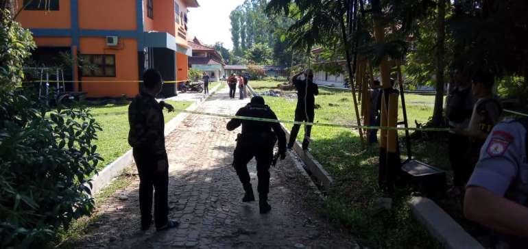 Sejumlah Barang Diangkut Tim Gegana Brimob dari Kampus FISIP Universitas Riau