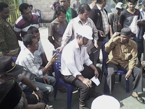 Tuntut Sarana Air Bersih, Masyarakat Tutup Gerbang PT SPC