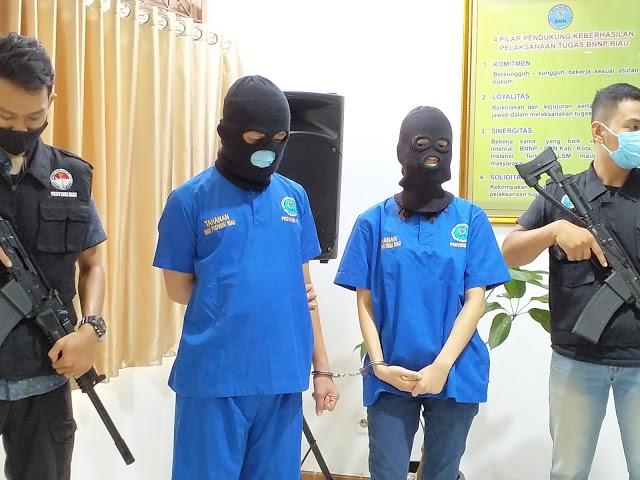 Diperintah Napi Lapas Pekanbaru Jemput Narkotika, Sepasang Kekasih Diringkus BNNP Riau