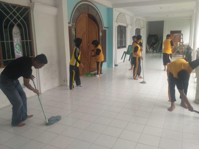Kapolsek Kuindra Pimpin Anggotanya Bhaksos di Masjid At-Taubah Sapat