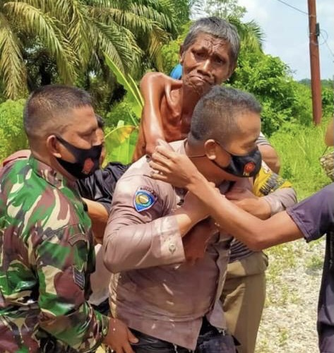 Mengharukan, Anggota Bhabinkamtibmas Polsek Seberida Evakuasi Warga Lumpuh Akut