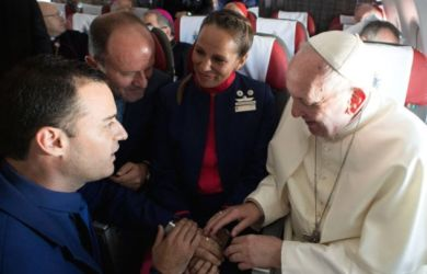Pasangan Pramugari Ini Dinikahi Paus Fransiskus di dalam Pesawat