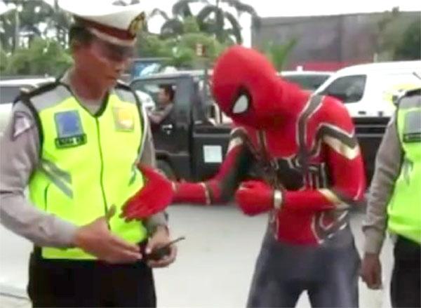 Walah.. Spiderman Ditilang dan Minta Maaf ke Polisi Karena Langgar Aturan
