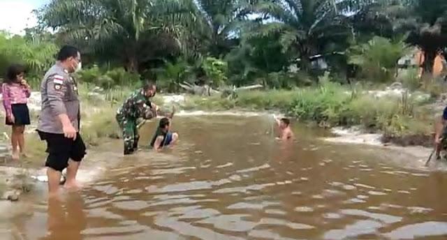Panen Ikan Tiba, Babinsa Dan Bhabinkamtibmas Desa Santaban Bantu Masyarakat