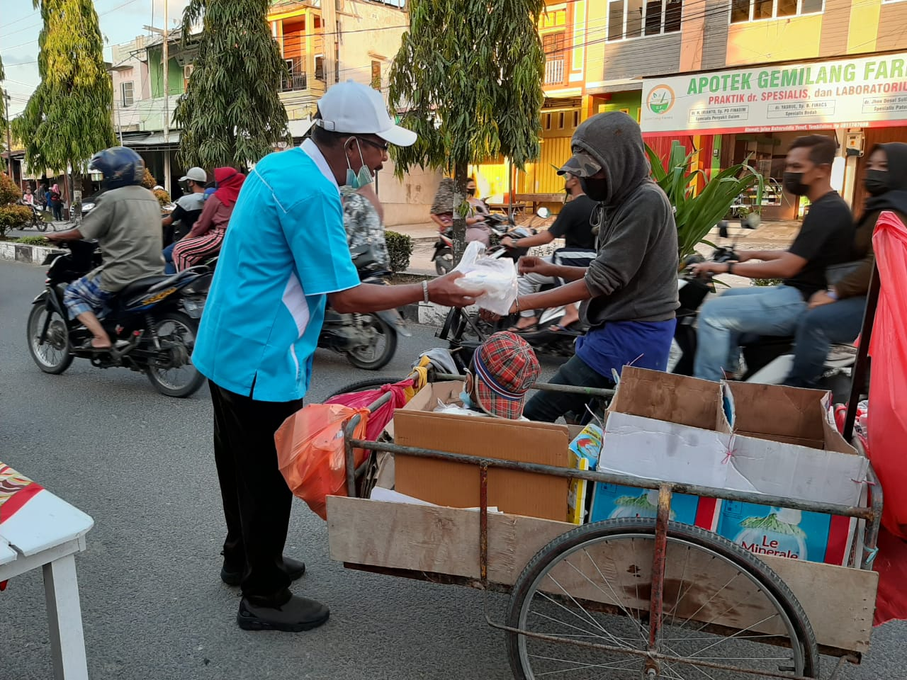 YVB Bagikan Takjil untuk Penarik Becak di Tembilahan