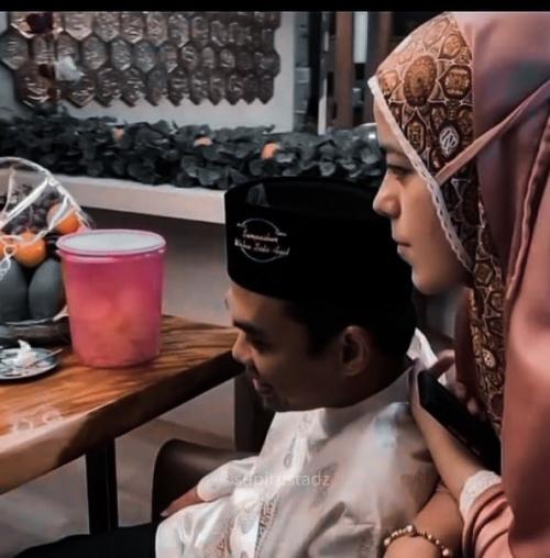 Fatimah Nyender Manja di Pundak UAS, Netizen: Cantik Istri Tuan Guru...
