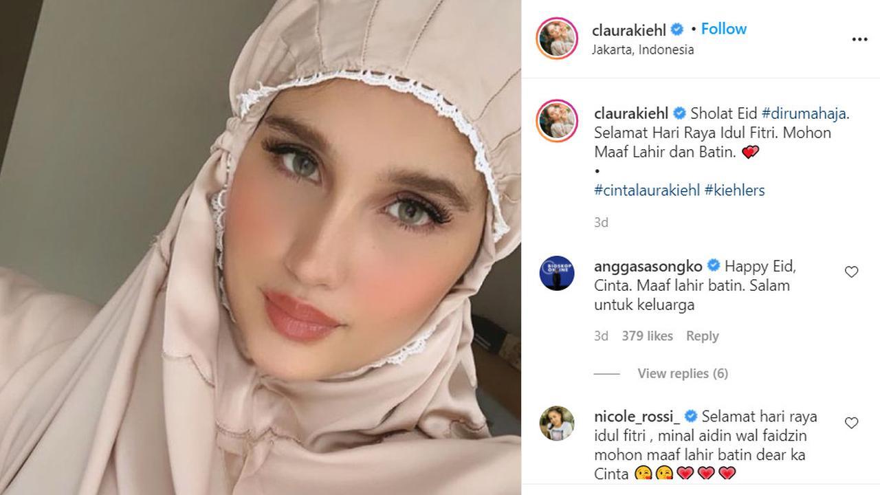 Potret Cinta Laura Pakai Mukena, Kata Warganet Mirip Barbie Solehah