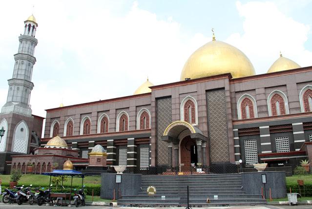 Masjid Dian Al-Mahri, Lima Kubahnya Berlapis Emas