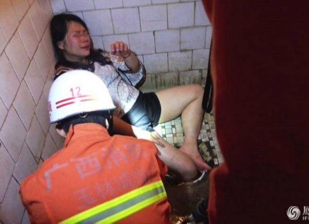 Ada Suara Tangis di WC, Ternyata Wanita Mabuk Tersangkut di Jamban