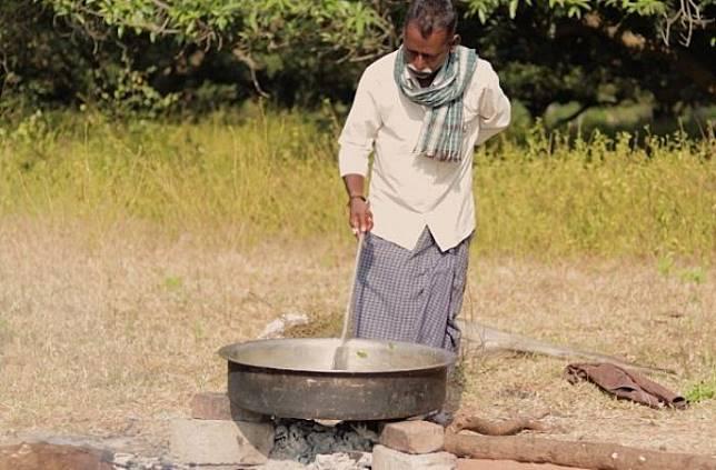 Setiap Hari, 2 Pria Ini Memasak Makanan untuk 80 Anak Yatim