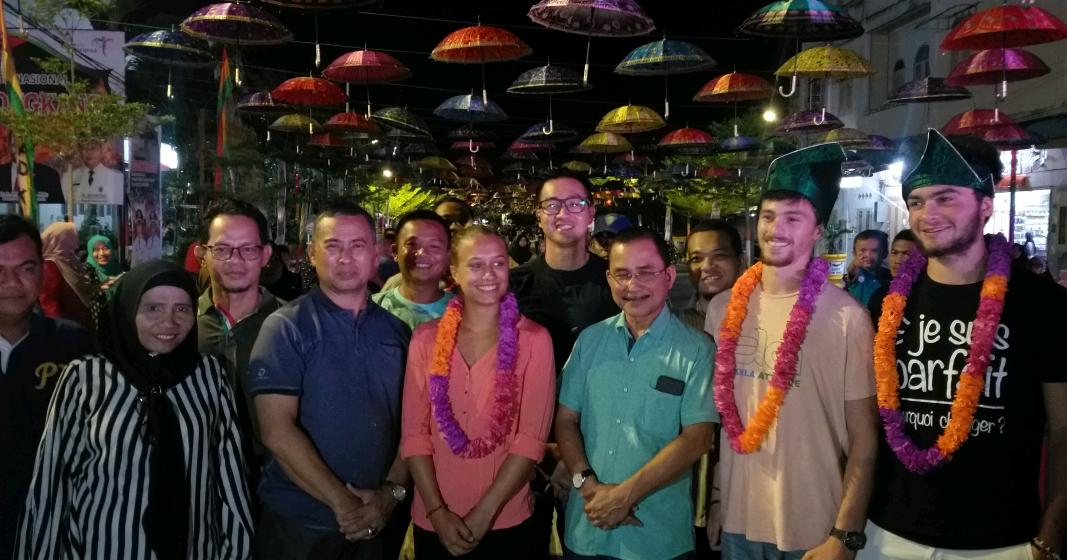Tiga Wisatawan Francis Ambil Bagian di Bakar Tongkang