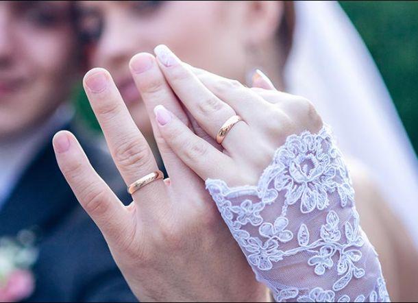 Tulisan Diundangan Pernikahan Putranya; Doktor Akan Menikahi Gelandangan