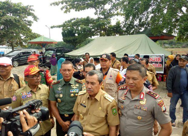 Danrem 031/WB Beserta Gubernur Riau Kunjungi Daerah Banjir
