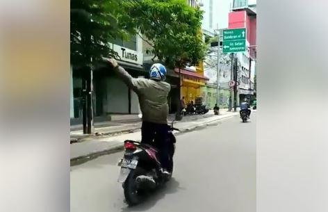 Pria Joget di Atas Motor yang Melaju di Jalanan Ramai Viral, Lihat Aksi Berbahayanya