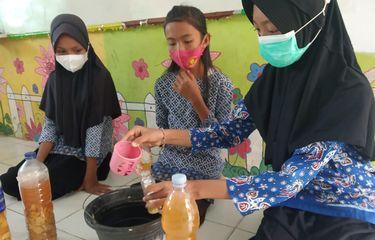 Inovasi Anak SD, Olah Sampah Kulit Buah Jadi Cairan Pembersih Lantai