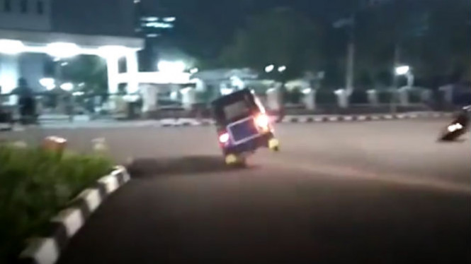 Video Bajaj Lakukan Aksi Ngedrift Ini Curi Perhatian