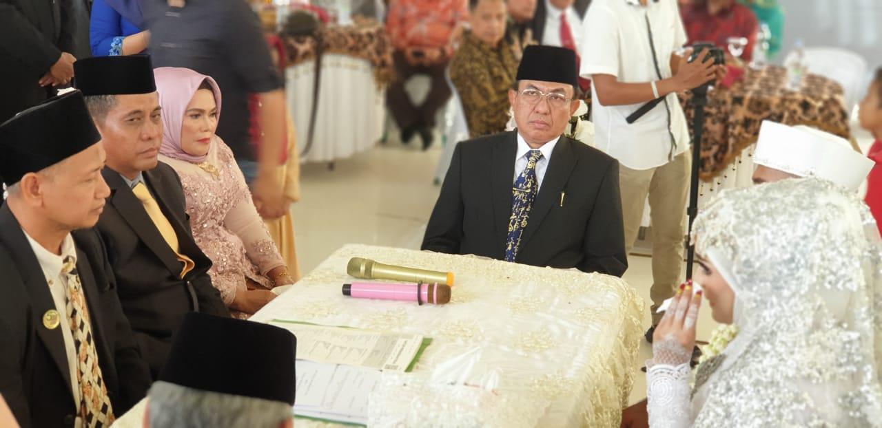 Bupati HM Wardan Hadir Sebagai Saksi Dalam Resepsi Pernikahan Anak Kajari Inhil