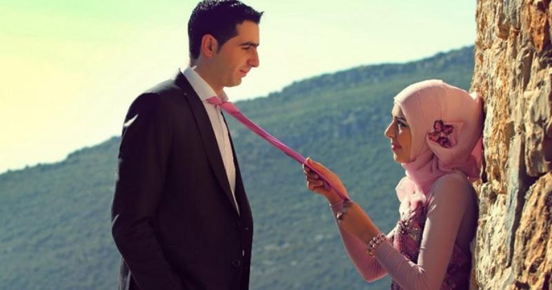 Mencium Istri di Depan Umum, Bagaimana Hukumnya dalam Islam?