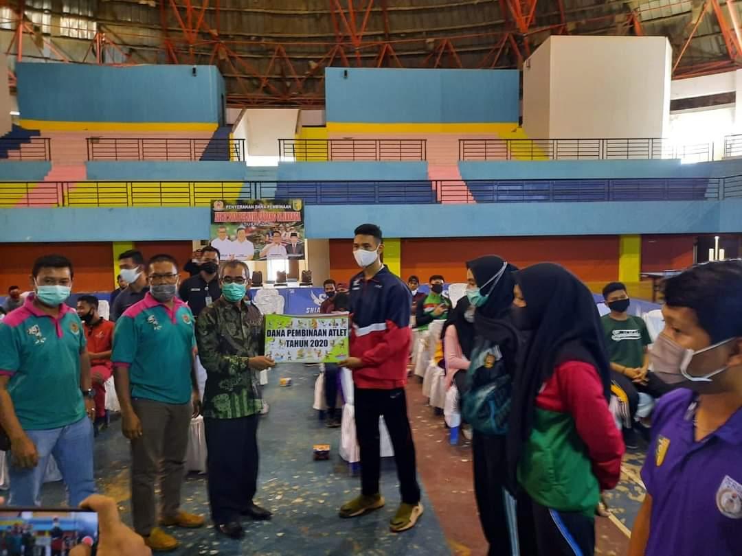 Bupati H Mursini Serahkan Dana Pembinaan Kepada Atlet dan Pelatih Cabang Olahraga Kuansing
