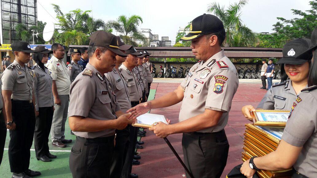Kapolres Inhil Berikan Reward kepada Personil Peraih Mendali Porprov