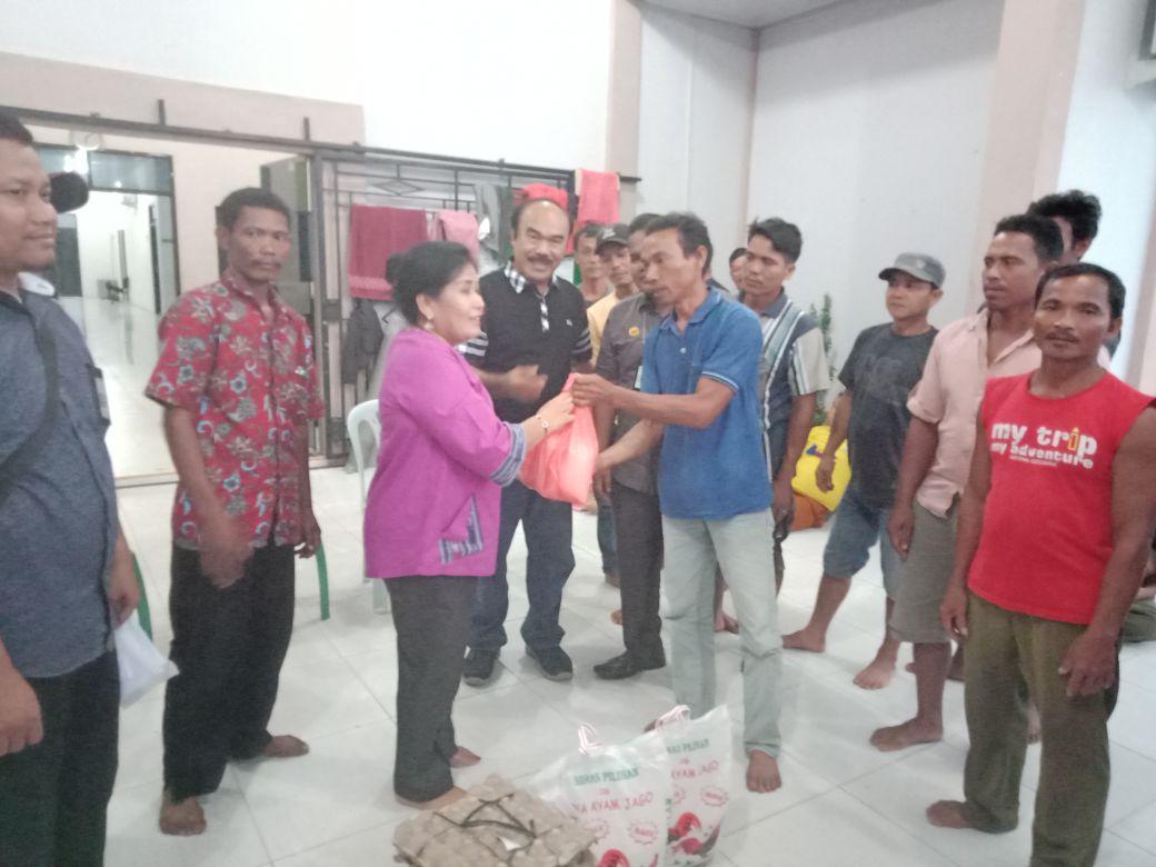 Anggota DPRD Bengkalis Fransisca Sinambela Bagikan Sembako pada Keluarga Korban PHK