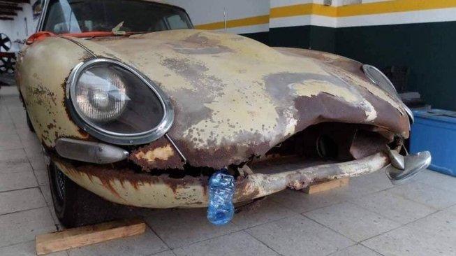 Mobil Jaguar S1  Penuh Karat Ini Kembali Muda di Tangan yang Tepat