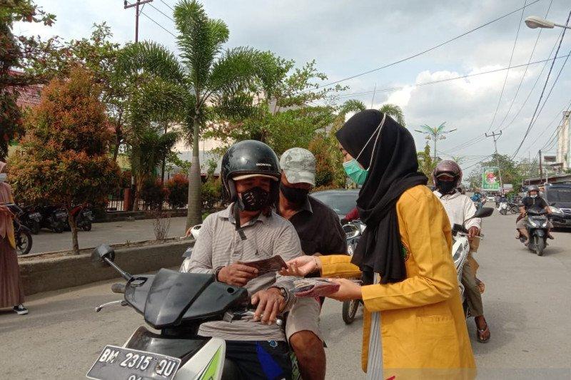 Mahasiswa Unisi Bagi-Bagi Masker Kepada Pengguna Jalan