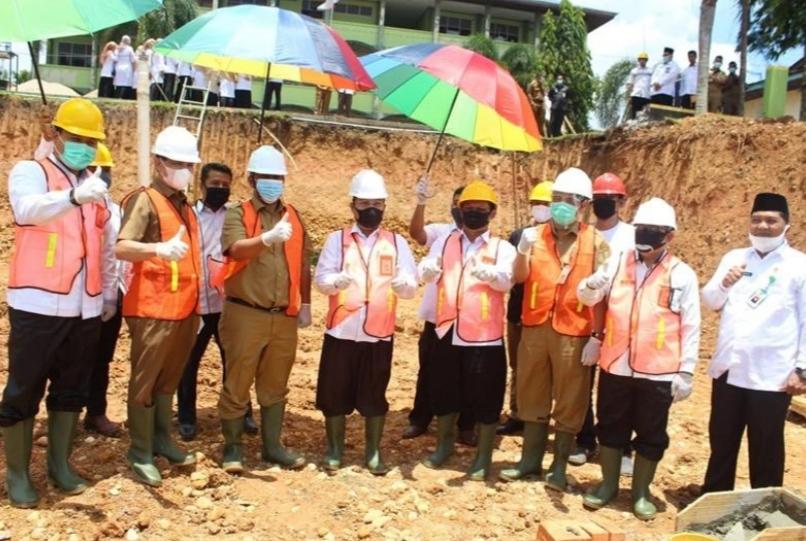 Pjs Bupati Kuansing Dampingi Kakanwil Kemenag Pada Peletakan Batu Pertama Gedung Asrama Terpadu MAN 1 Kuantan Singingi