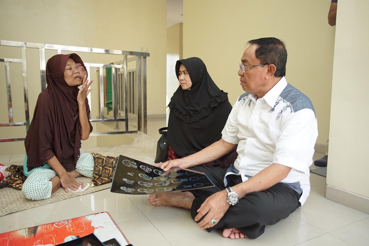 Bupati Inhil Kunjungi Nursiah, Penderita Tumor Ganas Di Wajah