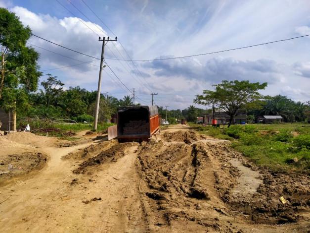 Beberapa Ruas Jalan Inhu Rusak Parah, Bupati Beri Angin Segar