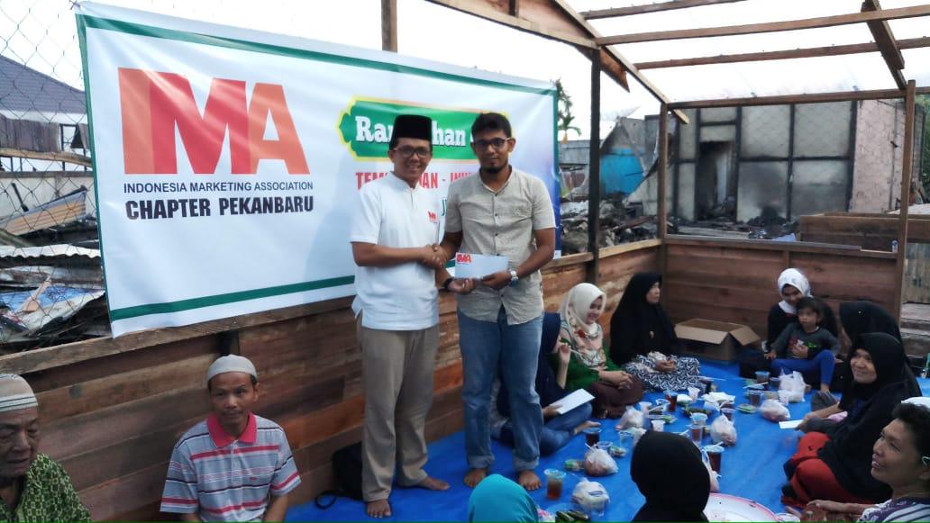 IMA Chapter Pekanbaru Serahkan Bantuan untuk Korban Kebakaran di Tembilahan