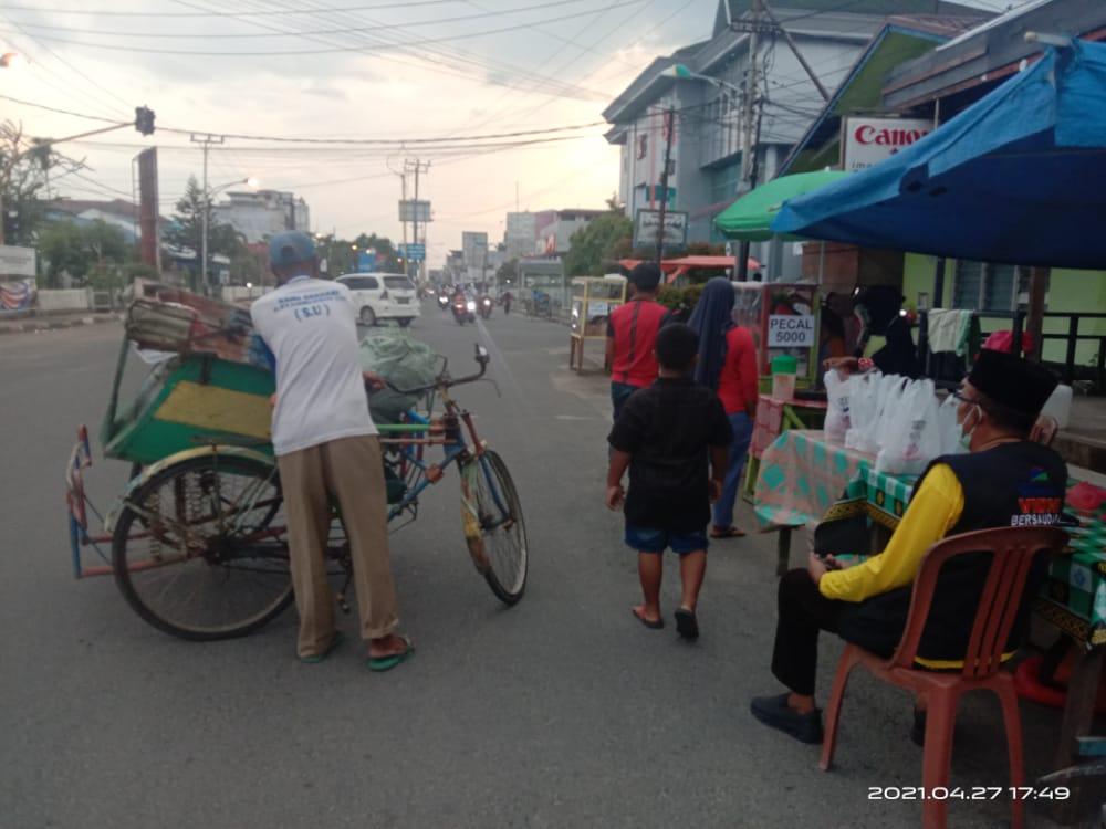 YVB Berbagi Takjil untuk Tukang Becak di Tembilahan