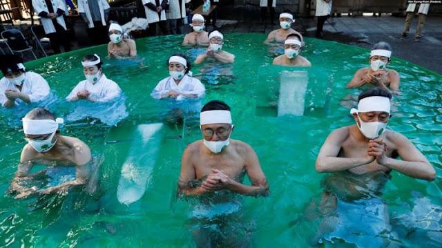 Cara Warga Jepang saat Berdoa Agar Dijauhkan dari Covid-19