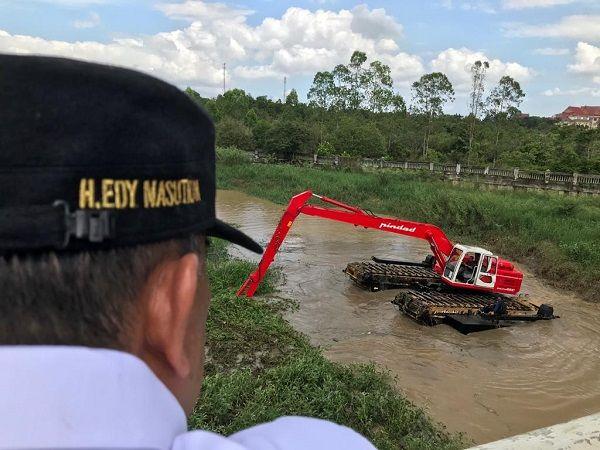 Wagubri Edy Nasution Kagum Lihat Aksi Ekskavator Amfibi Buatan Pindad Mengapung di Sungai