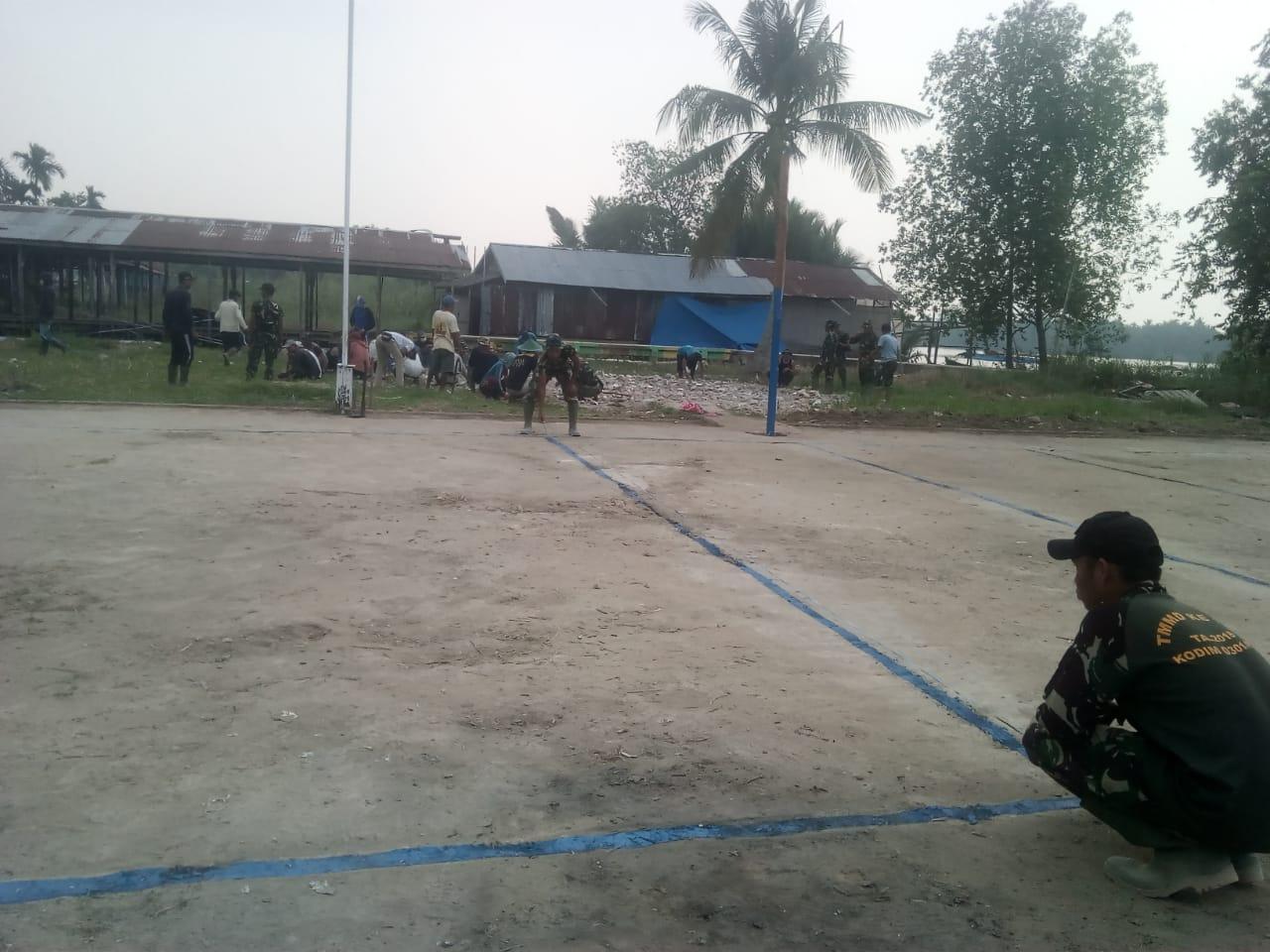 Ajak Muda-mudi Berolahraga, Satgas TMMD ke 106 Kodim 0314/Inhil Goro Bersihkan Lapangan Voly