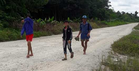 Demi Bantuan Sekolah, Bapak dan Dua Anaknya Rela Berjalan Kaki Puluhan Kilometer