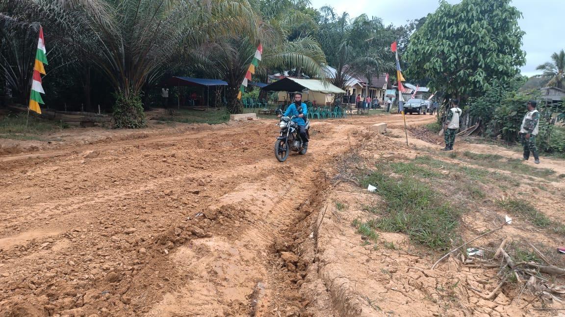 Dandim 1208/Sambas : Warga Desa Tolok Sudah Bisa Menggunakan Sebagian Jalan Program TMMD