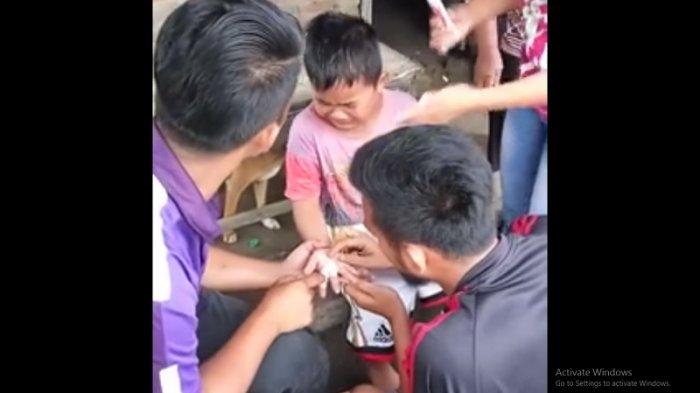 VIDEO: Bocah Batak Ini Kocak, Alasan Penyebab Tangannya Sakit Bikin Orang Sekitarnya Sakit Perut!
