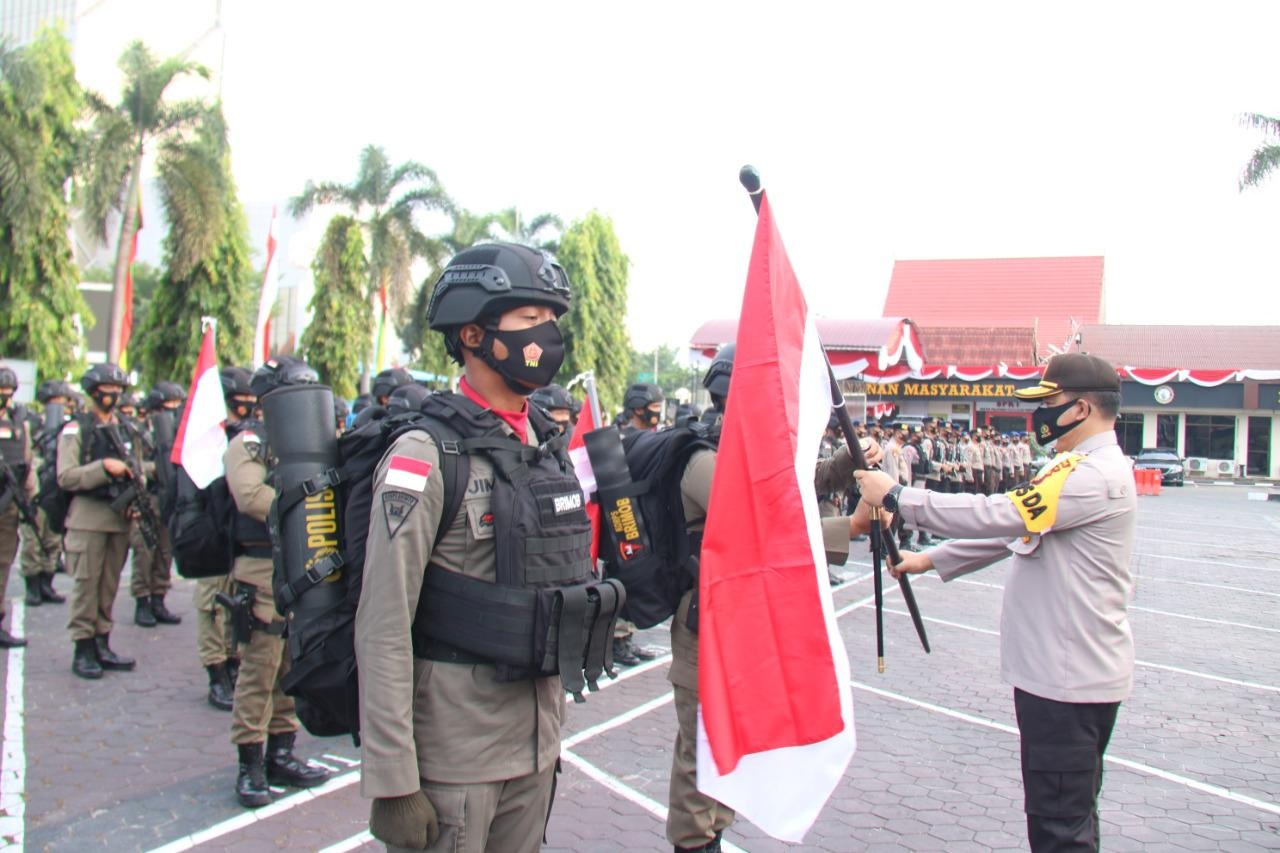 Serahkan Sang Saka Merah Putih, Kapolda Riau Lepas Penugasan Brimob BKO Polda Papua