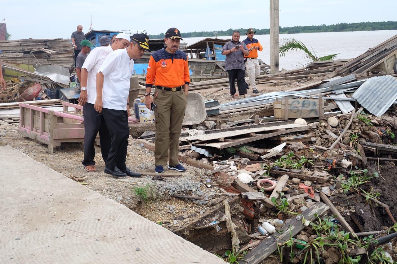 Sekdaprov Riau bersama BPBD Riau Tinjau Lokasi Longsor di Inhil