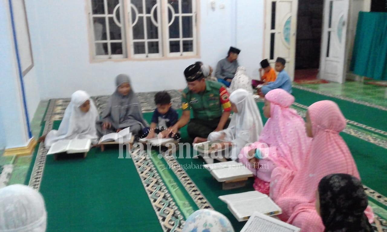 Patut Diteladani, Babinsa Koramil 07/Reteh Turut Menggalakkan Program Maghrib Mengaji
