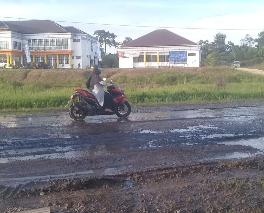 Jalan Lintas Sumatra Depan Kantor Diskes Inhu Rusak Parah