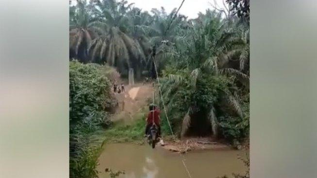 Viral Motor Pakai Flying Fox untuk Seberangi Sungai, Camat Turun Tangan