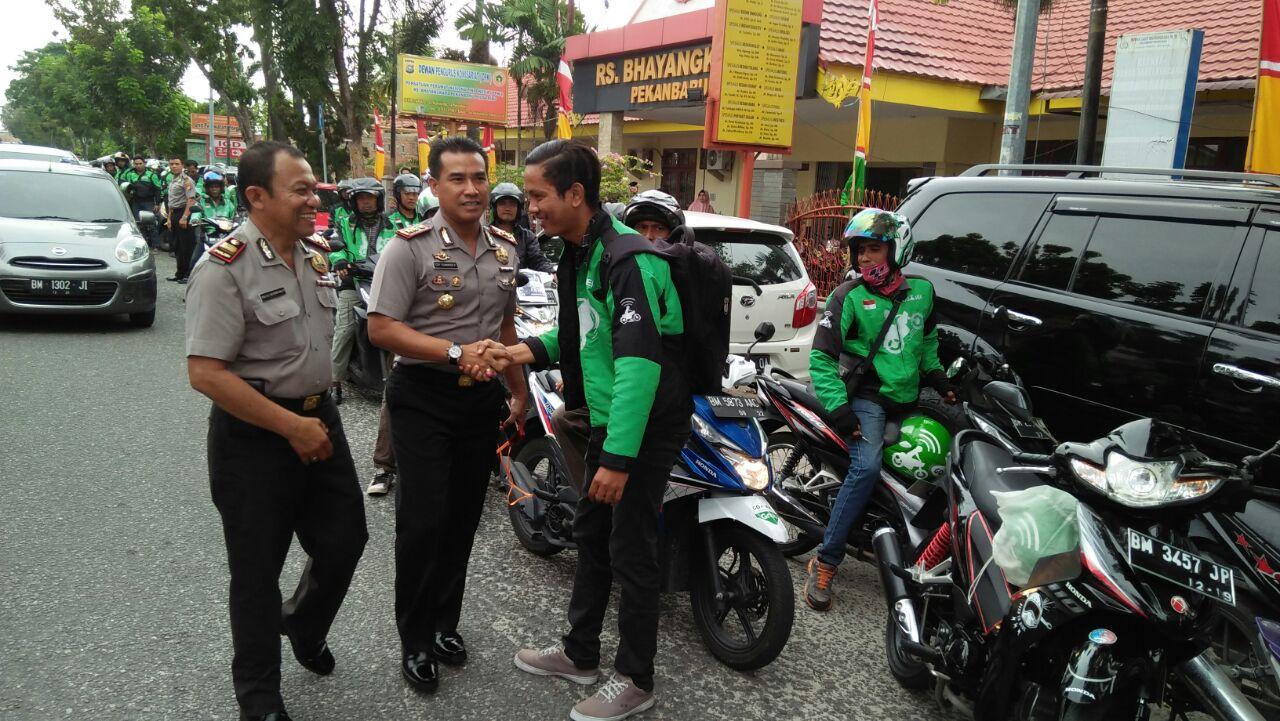 Wakapolresta Pekanbaru Melepas Jenazah Korban Supir Go car dari RS Bhayangkara