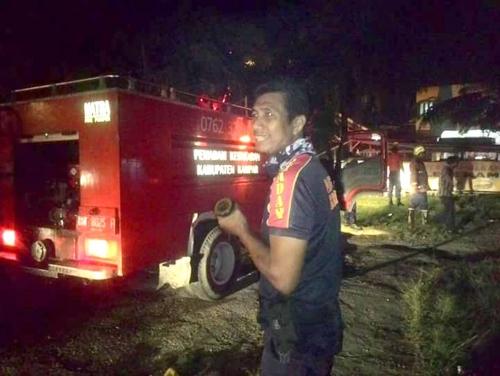 WADUH!!! Warug Pecal Lele Wartawan Kampar Terbakar