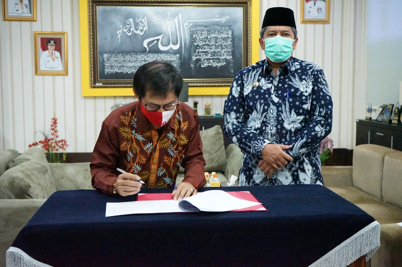 Bupati Siak Tandatangani Adendum NPHD Pilkada Kabupaten Siak